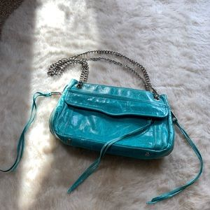 Beautiful purse adjusts to cross body or shoulder
